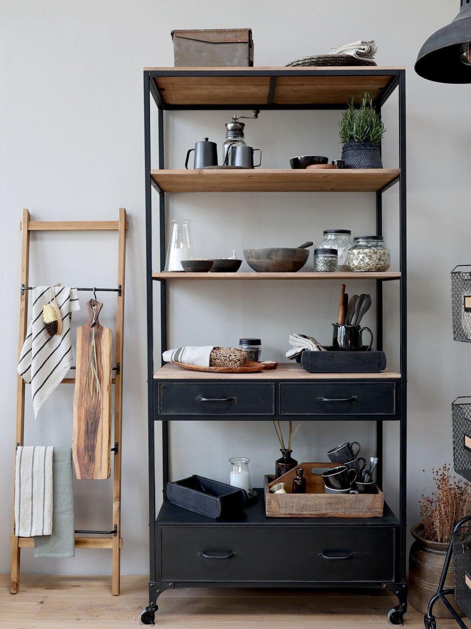 Eine aufgeräumte Küche mit Chic Antique