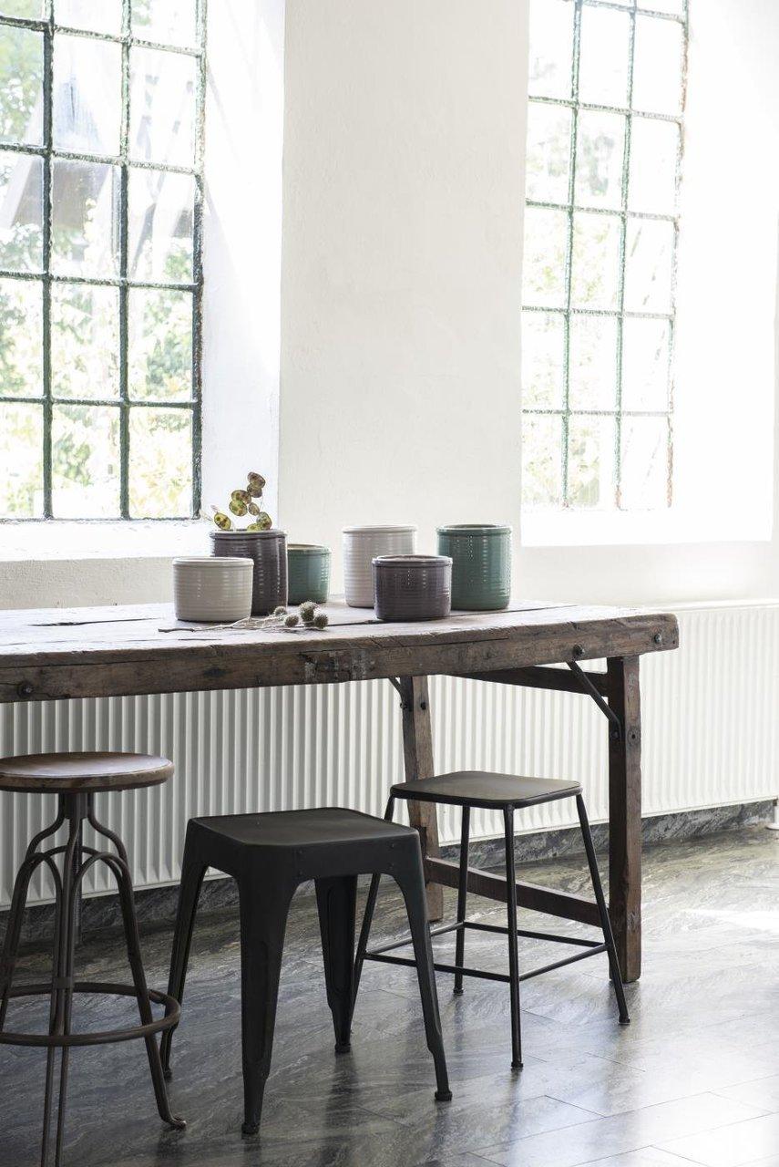 UNIKA Tisch mit Metallbeschlag